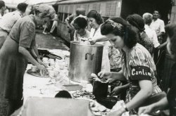 Nederlandse vrouwen ontvangen de Indische evacués. Eerste van links is de echtgenote van gouverneur-generaal Van Mook.