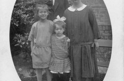 Hannie met oudere zusje, moeder en vader.