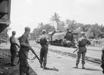 Nederlandse militairen op wacht bij treinstation Klender. West-Java, maart 1946.