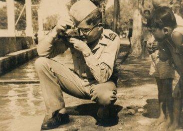 Legerfotograaf Jaap Zijlstra aan het werk. Zijlstra legt als legerfotograaf verschillende acties op Java vast.