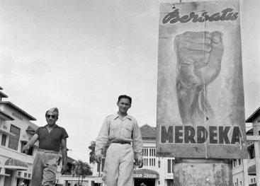 Yogyakarta, Midden-Java, juni 1948. Merdeka betekent: Vrijheid. Op de achtergrond Hotel Merdeka, waar het hoofdkwartier van het Indonesische regeringsleger is gevestigd.