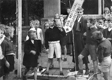 Kinderen verbranden Duitse wegwijzers op het Mercatorplein in Amsterdam op Dolle Dinsdag.