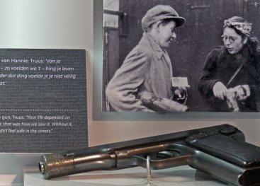 Vitrine met pistool van Hannie en foto van Hannie (rechts) en Truus na een actie.
