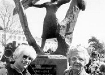Koningin Juliana en Truus bij monument Hannie Schaft