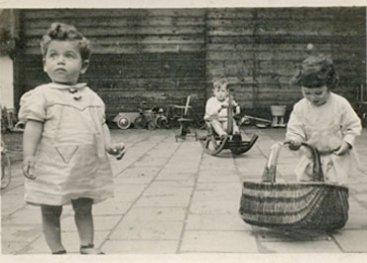 Kinderen die spelen op het buitenterrein