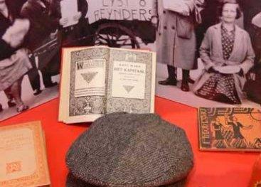 Vitrine van de socialistische zuil in het museum