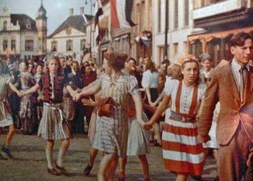 Zuid-Nederland bevrijd: dansende mensen op straat
