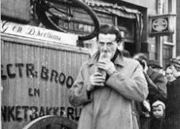 Een man eet zweeds wittebrood.