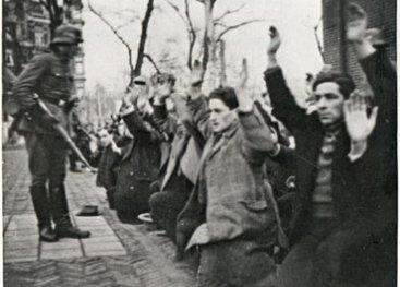 Razzia op het Waterlooplein, februari 1941. 425 joodse mannen worden met geweld opgepakt.