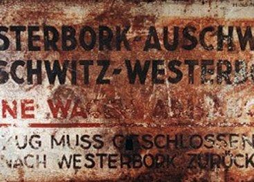 Schild: Vanuit  Kamp Westerbork naar Auschwitz.